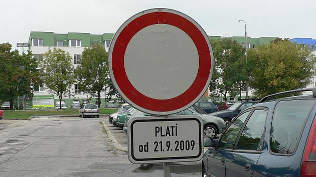 Parkoviště na sídlišti Vltava v Českých Budějovicích čeká oprava.
