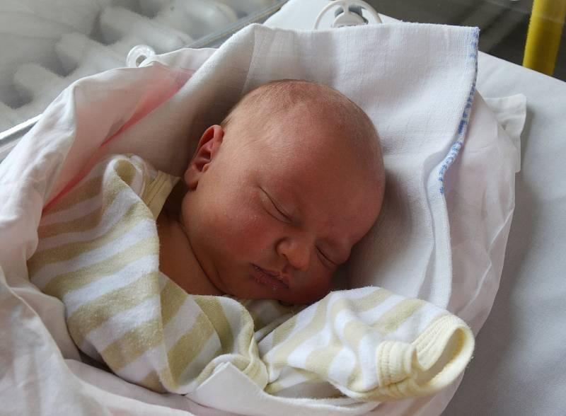 Dominik Dvořák z Blatné. Syn Zuzany a Ondřeje Dvořákových se narodil 20. 9. 2021 v 11.35 hodin. Při narození vážil 3400 g a měřil 49 cm. Doma brášku čekali sourozenci Ondřej Damián (3) a Izabela (5).