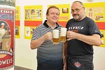 Výstava České Budějovice - město piva, která na historických snímcích, obrazech a rytinách představuje fenomén pivovarnictví ve městě, začala ve výstavní síni českobudějovické radnice. Na snímku jsou autoři výstavy Milan Binder (vlevo) a Ivo Hajn.