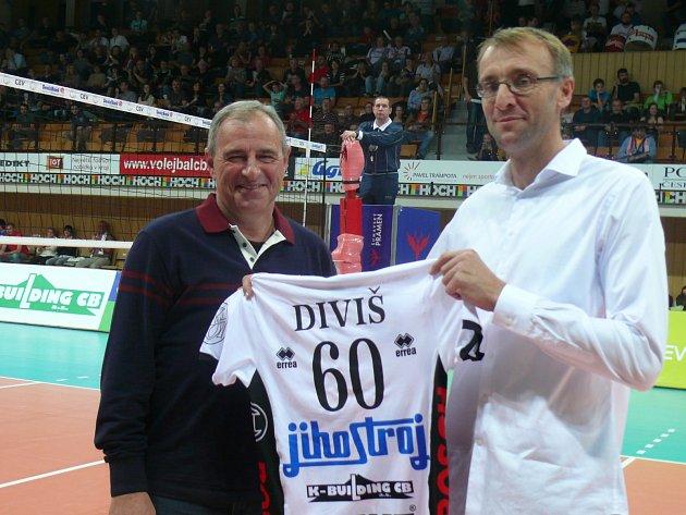 Prezident Jihostroje Jan Diviš dostal krásný dárek k 60. narozeninám. Na snímku vlevo s manažerem Pochopem