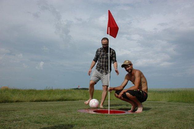 U sousedů hrají soccergolf.