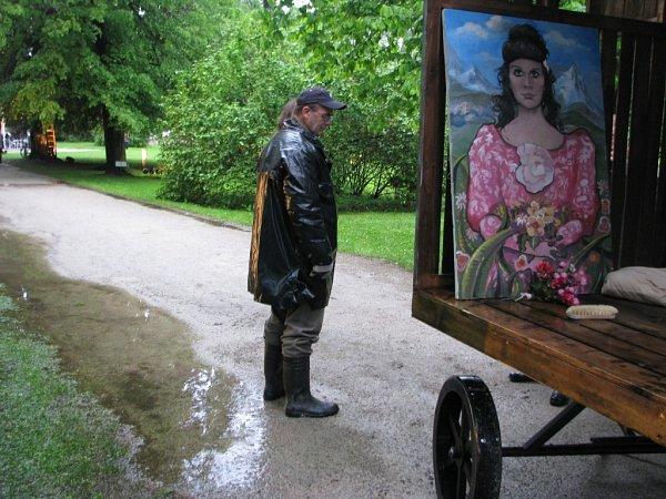 Na krumlovské točně vyměnili herci Jihočeského divadla kostýmy za pláštěnky a holínky. Na snímku jeden ztechniků.