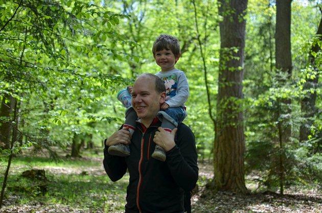 Manažer oblasti Toulava Jan Sochor na procházce se synem