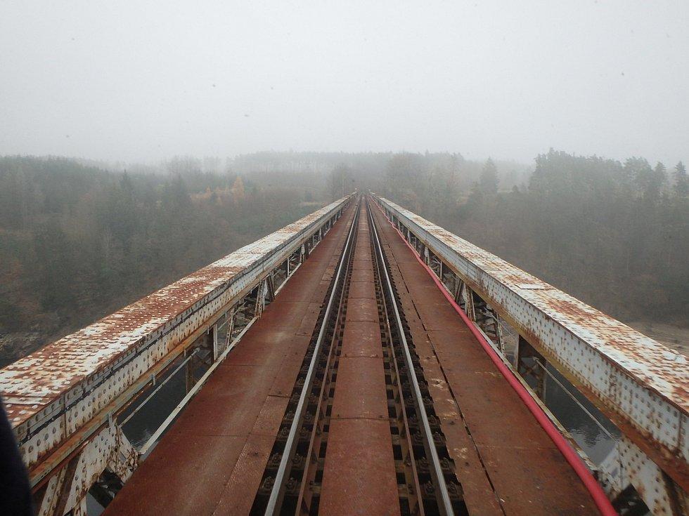 Při vjezdu na most musí vlak pořádně přibrzdit.