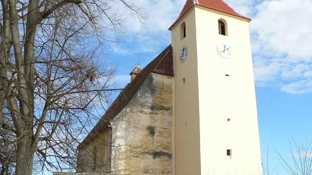 Minulý rok přinesl žumberskému kostelu dokončení oprav střechy.