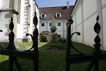 Na kosterní pozůstatky řeholníků z 19. století narazili nedávno odborníci na Nových Hradech.