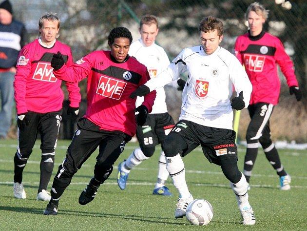 V minulém ročníku Tipsport ligy uhráli fotbalisté Dynama jediný bod za remízu 2:2 s Hradcem Kráílové: na snímku Sandro v souboji s hradeckým Jednovem.
