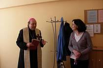 Biskup Pavel Posád s vedoucí poradny Lucií Kolářovou.