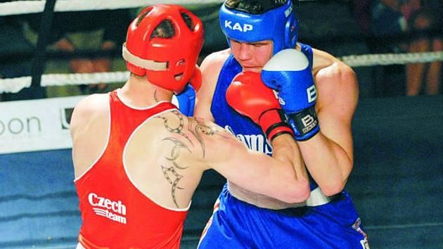 Michal Vodárek (v modrém) v nesmlouvavé bitvě nakonec hostujícího Čížka udolal a připsal na konto boxerů Samsonu důležité dva body. Jihočeši porazili společenství Děčín a Most 12:6.
