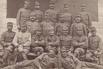Na frontu rukoval rodák z Kostelce nad Vltavou 8. srpna 1914. Na snímku je ve druhé řadě odshora zcela vpravo.