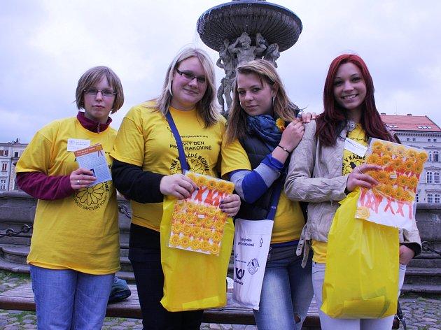 V ulicích Budějovic dnes 16. května vybírají dobrovolné příspěvky od lidí také (zleva) Hanka Lososová, Alžběta Fulmeková, Šárka Horká a Gabriela Jindrová. Všechny z druhého ročníku Střední zdravotnické školy.