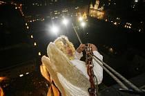 """""""Na halence cítila, že oči suché neměl. Ve stínu lampy, pár metrů od toho šedého betlémského paneláku, se mihla křídla..."""""""