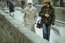 Kamenný most v Písku dostal asfaltový povrch (dnes opět dlažební kostky) v roce 1959. Autobusy MHD tudy jezdily do roku 1993.Na snímku Pavel nabídne Vendule víkendová doučování.