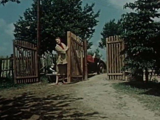 Dobronice čp. 41, dům malíře Xavera, kam se uchýlil po odchodu zPrahy. Na snímku přijíždí jeho bývalá milenka Helena.