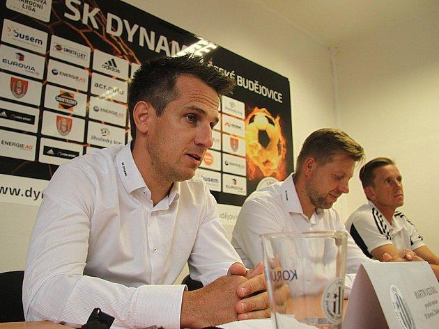 Generální manažer Dynama Martin Vozábal na předsezonní tiskovce spolu s trenérem Davidem Horejšem a kapitánem týmu Petrem Benátem.