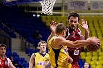 Roman Zachrla bojuje s basketbalisty Opavy, se kterými se Lvi utkají v sobotu