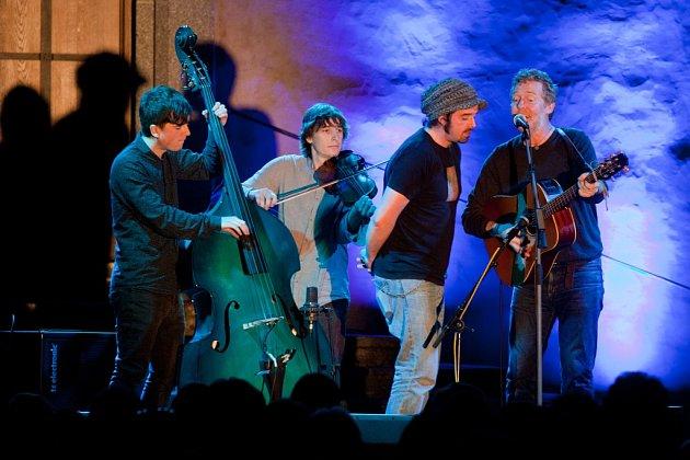 Irský písničkář a držitel Oscara Glen Hansard zahrál 1.srpna na nádvoří kláštera vMilevsku. Vzávěru koncertu ksobě povoval ihouslistu Bena Lovetta, který sím improvizoval, a svého pódiového technika Mica Geraghtyho.