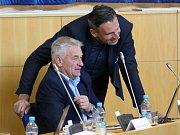 Vztek, údiv, pobavení i pohrdání se včera zračilo v tváři Jiřímu Zimolovi při jednání krajského zastupitelstva o kauze Lipno.