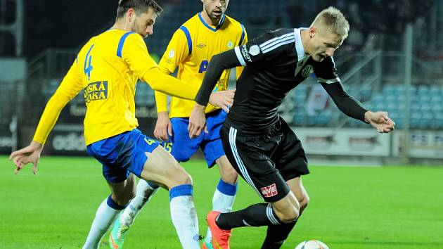 Michal Škoda v zápase Dynama s Teplicemi uniká Lüftnerovi.