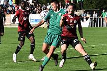 V poháru fotbalisté Dynama vyhráli v Sedlčanech 6:0 (na snímku útočí Bassey a Mršič), v sobotu je na Letné čeká těží soupeř.