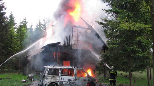 Ve čtvrtek ráno vzplálo v lese u Češnovic auto. Od něj chytila dřevěná chata.