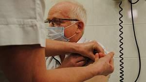 První očkování proti covidu na jihu Čech