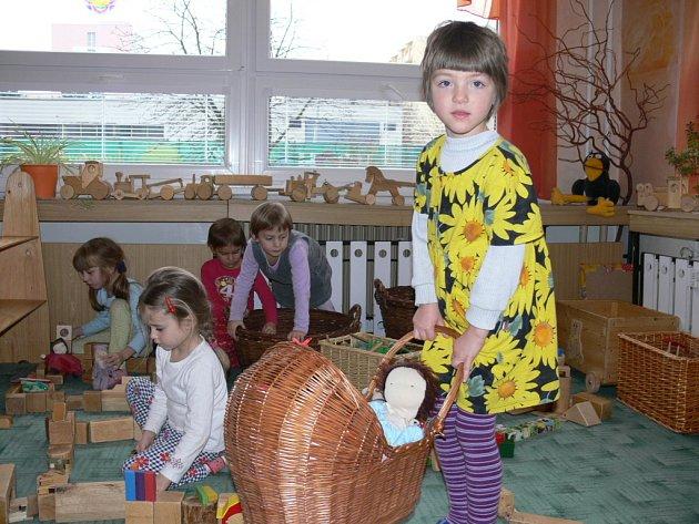 Děti ze 4. třídy Skřítci z MŠ v Nerudově ulici v Českých Budějovicích jsou obklopeny hračkami z přírodních materiálů.