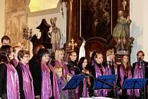 Členky Nuzického zvonku zpestřují lidem nejen na Vltavotýnsku adventní čas při svých vánočních vystoupeních.