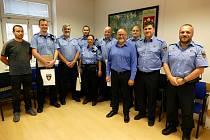 Primátor Jiří Svoboda v pátek poděkoval sedmi strážníkům za dlouholetou práci, v níž budou pokračovat.
