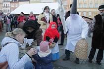 Svatý Ambrož prošel se svojí skupinou městem.