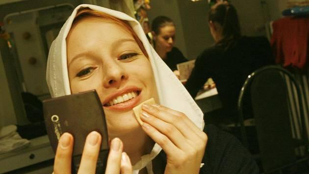Teresa Branna se ve čtvrtek naposledy nalíčila pro roli služky Abigail v dramatu Čarodějky ze Salemu. Jihočeské divadlo uvedlo jeho derniéru. V pozadí na snímku Taťána Kupcová.