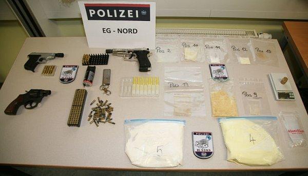 Zajištěné drogy a zbraně.