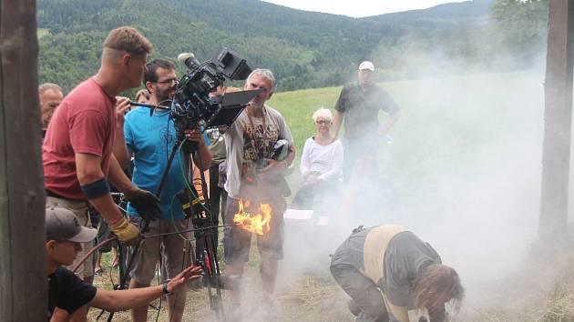 Pro scénu s požárem stodoly štáb zvolil území mimo park. V brýlích herec Jaromír Nosek.