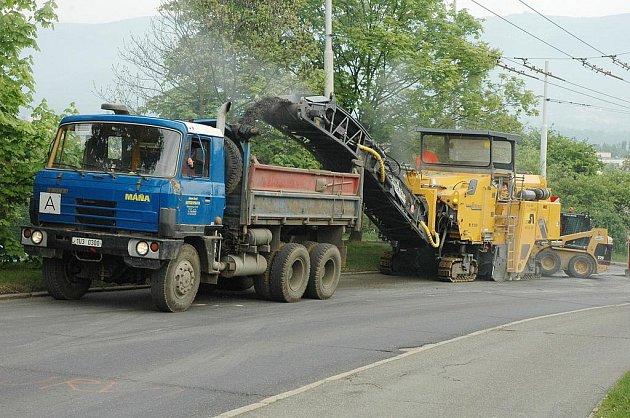 Na opravách silnic kraj šetřit nebude. Ilustrační foto.