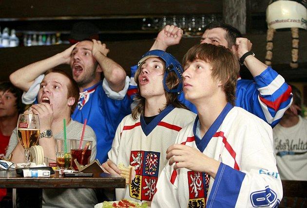 V prachatickém Clubu 111 se sešli skalní fanoušci, aby podpořili české hokejisty při utkání s USA na MS v ledním hokeji 2011.