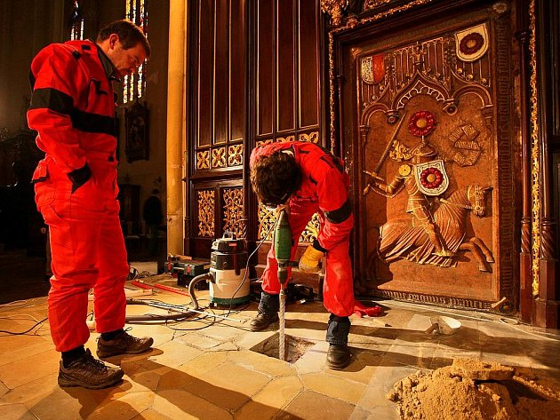 PRŮZKUM. Archeologové a další odborníci objevili rožmberskou hrobku pomocí nedestruktivních metod. Díky minisondě si místo detailně prohlédli, ale vůbec jej nenarušili.