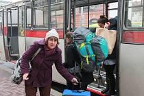 Až do čtvrtka je mezi Českými Budějovicemi a Ševětínem naplánovaná výluka kvůli údržbovým pracím na trati. Cestující v tomto úseku musí přesedat na náhradní autobusy.