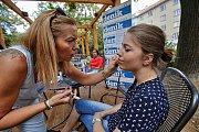 Kosmetička Iva Tichá si přišla do Café Deníku povídat o líčení a péči o pleť v letních měsících.