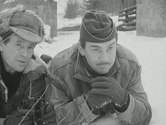 """Rechle přes Vydru u Modravy neměly v roce 1976 lávku. Stály jen pilíře. Ve sněhu leží Karel Hlušička a Jiří Krampol.Tady se odehrává přestřelka mezi """" narušiteli"""" a dvěma horlivými zelenáči."""