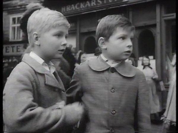 Jiří Lukeš a Tomáš Hádl ve filmu Malý Bobeš ve městě vtáborské Pražské ulici.
