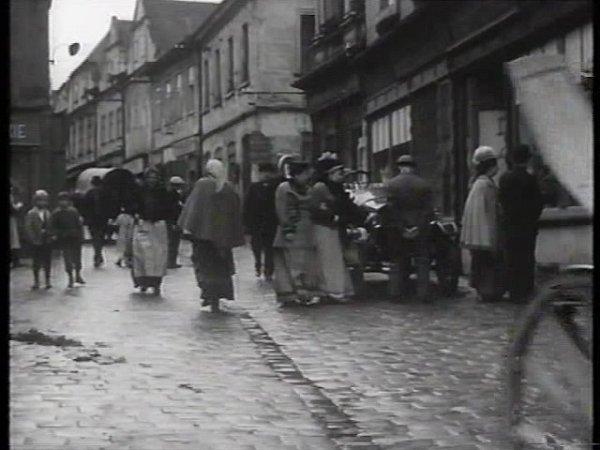 Pražská ulice vTáboře je ve filmu před 51lety plná lidí, obchodů a pohybu. Mj. tu projedou koně.