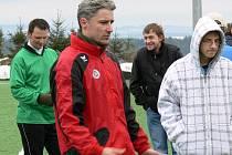 Zkušený Jan Gažák (na snímku z Borovan, za ním vpravo Petr Silmbrod) má svým spoluhráčům vždycky co říct.