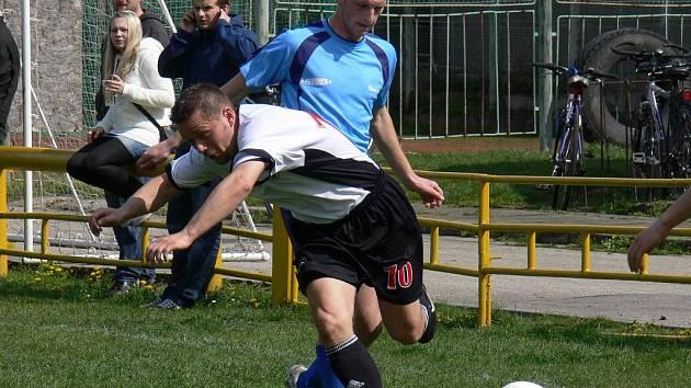 Suchovrbenskou desítku není jednoduché odstavit od míče: na snímku zastavuje faulem Daniela Hostka (Loko ČB) bavorovický Babka.