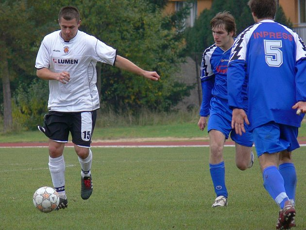 Radek Soukup (na snímku u míče v podzimním duelu ve Čtyřech Dvorech) dal oba góly Kamenného Újezda v I. A třídě.