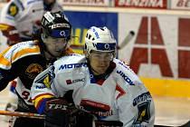 Hokejisté HC Mountfield vyhráli v Litvínově 6:3. Na našem snímku atakuje střelce prvního gólu Lukáše Květoně (vpředu) domácí Skuhrovec. V úterý Jihočeši hostí K. Vary (17.30).