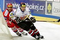 Hokejisté HC Mountfield Č. Budějovice o svém postupu do semifinále Tipsport Cupu rozhodli vítězstvím ve Znojmě (na snímku z tohoto utkání v za brankou stíhá Jiří Šimánek znojemského Tomáše Čachotského).