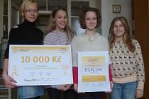 Deset tisíc korun na pomůcky vyhrála v letošním jedenáctém ročníku soutěže Dětský čin roku žákyně Základní školy J. Š. Baara Karolína Našincová ((na fotce druhá zprava) díky svému videu, ve kterém dětem radí, jak bojovat proti šikaně.