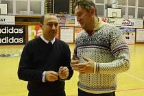 S ÚLEVOU přijali manažer U19 Chance Eduard Gaisler (vpravo) a trenér Petr Martínek rozhodnutí vedení Ženské basketbalové ligy, že se baráž o ŽBL v tomto ročníku hrát nebude.