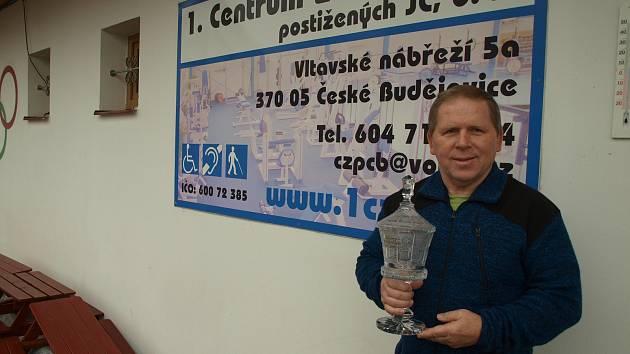 JIŘÍ SMÉKAL s křišťálovým pohárem pro nejlepšího zápasníka za 50 let na Hané. Obdržel jej od neteře Gustava Frištenského.