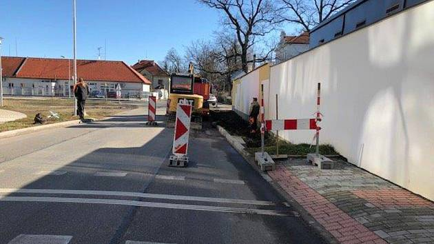 Nový chodník v českobudějovické ulici Na Sádkách povede k zastávce MHD.